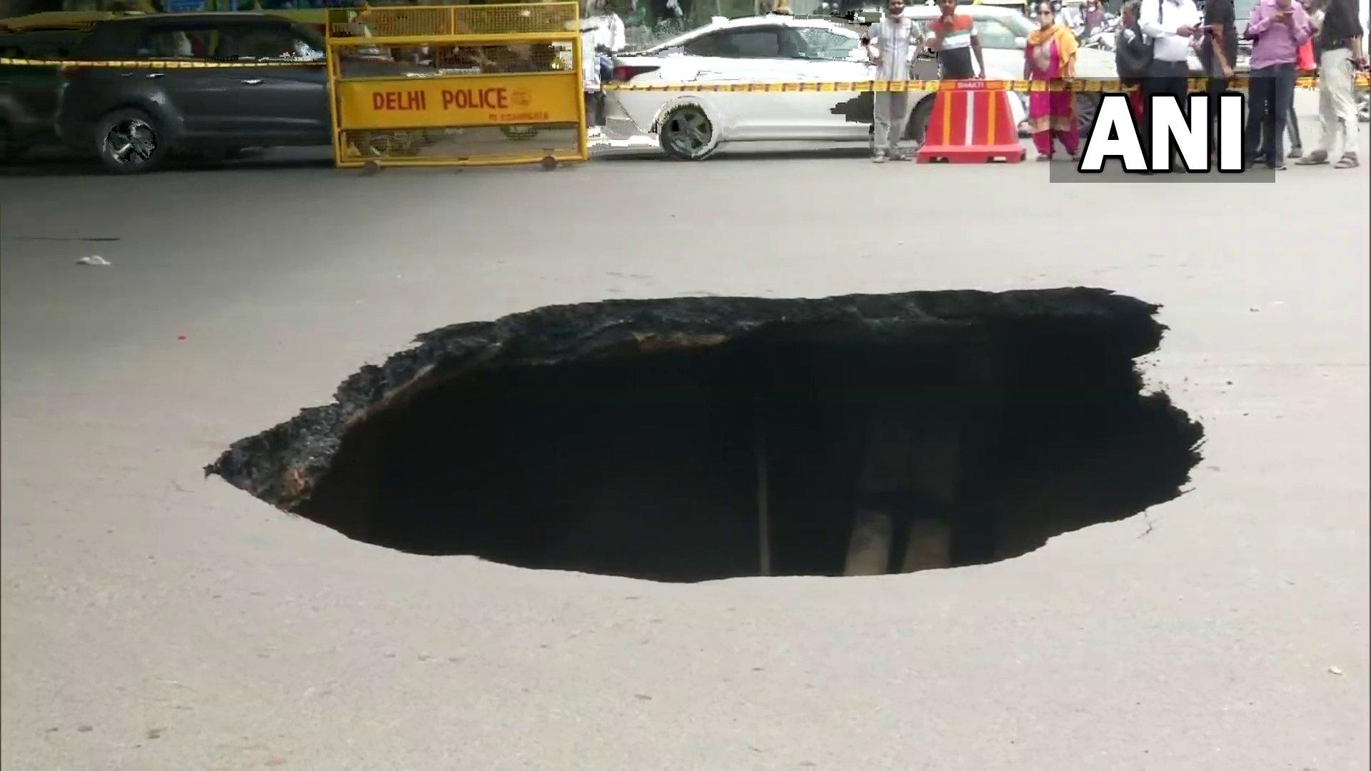 आईआईटी फ्लाईओवर के नीचे सड़क का हिस्सा धंसा, यातायात प्रभावित