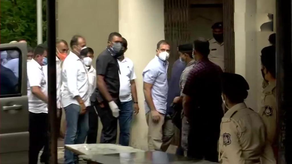 मानहानि मामला : राहुल गांधी गुजरात की अदालत में हुए पेश, आरोपों से किया इनकार