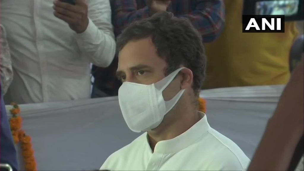 गुवाहाटी: कांग्रेस नेता राहुल गांधी ने असम के पूर्व मुख्यमंत्री तरुण गोगोई को अंतिम श्रद्धांजलि अर्पित की।