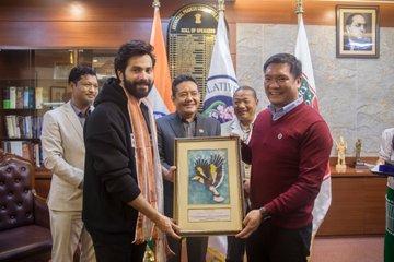 फिल्म अभिनेता वरुण धवन और कृति सेनन ने भेड़िया फ़िल्म की पूरी टीम के साथ अरुणाचल प्रदेश
