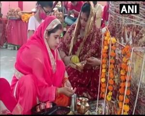 वट सावित्री व्रत के दिन महिलाओं ने प्रयागराज में पूजा की।