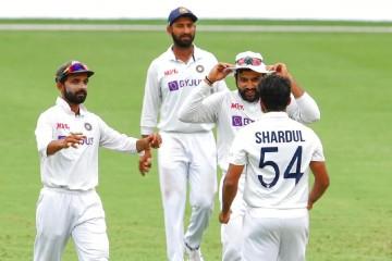 भारतीय स्पिनरों ने इंग्लैंड का शीर्ष क्रम लड़खड़ाया