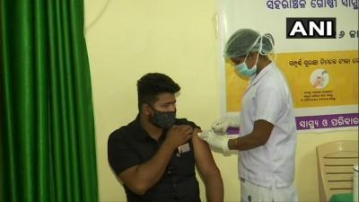 भुवनेश्वर के एक वैक्सीनेशन सेंटर पर 18 साल से अधिक उम्र के लोगों ने कोरोना वायरस वैक्सीन की पहली डोज़