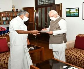 पिनराई विजयन ने केरल के राज्यपाल आरिफ मोहम्मद खान को अपना इस्तीफा सौंपा