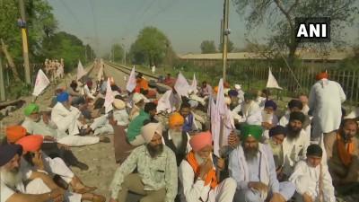 भारत बंद: पंजाब, हरियाणा में किसान राष्ट्रीय राजमार्ग, प्रमुख सड़कों पर इकट्ठा हुए