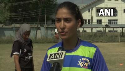 श्रीनगर में फुटबॉल एकेडमी में लड़कियों की संख्या बढ़ रही हैं। महिला कोच ने बताया,