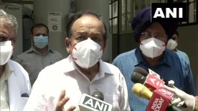 केंद्रीय स्वास्थ्य मंत्री डॉ. हर्षवर्धन ऑक्सीजन प्लांट का जायजा लेने के लिए राम मनोहर लोहिया अस्पताल पहुंचे।