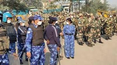 किसानों की ट्रैक्टर परेड के दौरान हुई हिंसा के बाद बृहस्पतिवार को भी दिल्ली से लगी सीमाओं पर पुलिस बल