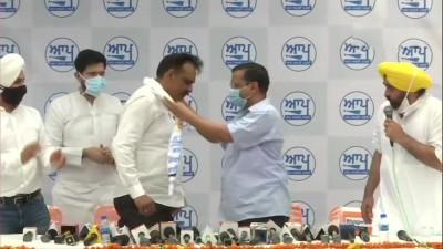 अरविंद केजरीवाल की मौजूदगी में पूर्व आईजी कुंवर विजय प्रताप आम आदमी पार्टी में शामिल