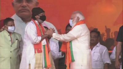 कोलकाता में प्रधानमंत्री की रैली से पहले भाजपा में शामिल हुए मिथुन चक्रवर्ती