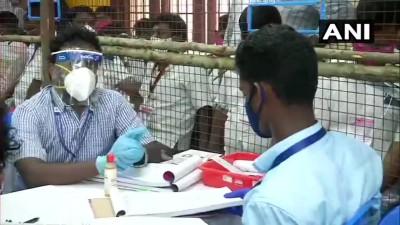 चेन्नई में विधानसभा चुनाव की मतगणना चल रही है। तस्वीरें चेन्नई के लोयोला कॉलेज में एक मतगणना केंद्र