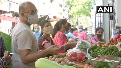 हैदराबाद की सब्ज़ी मंडी में खरीदारी के दौरान लोग कोरोना नियमों का उल्लंघन करते दिखे।