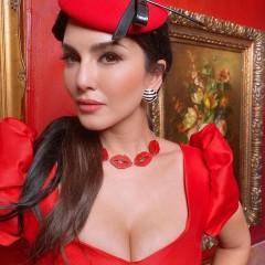 सनी लियोनी ने रेड शॉर्ट ड्रेस में दिखाया बोल्ड अंदाज, में आईं नजर
