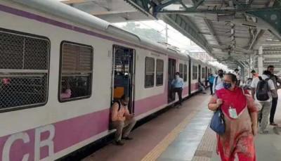 मुंबई सेंट्रल में एसी लोकल ट्रेन के पावर कोच में लगी आग, कोई घायल नहीं
