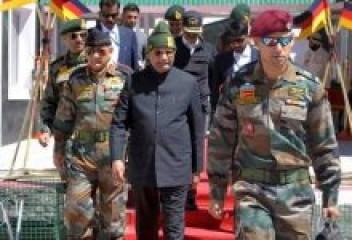 जम्मू कश्मीर के उधमपुर में सेना की उत्तरी कमान के सैनिकों के बीच पहुंचे राष्ट्रपति