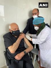 आंध्र प्रदेश के राज्यपाल, फारूक अब्दुल्ला व के के शैलजा ने कोविड रोधी टीका लगवाया