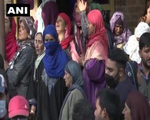 जम्मू और कश्मीर: परिवार के सदस्य और स्थानीय लोग भाजपा युवा मोर्चा के महासचिव फिदा हुसैन के निधन पर शोक