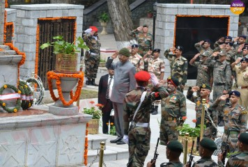 राष्ट्रपति कोविंद ने द्रास में कारगिल के शहीदों को श्रद्धांजलि दी, सैनिकों संग मनाया दशहरा