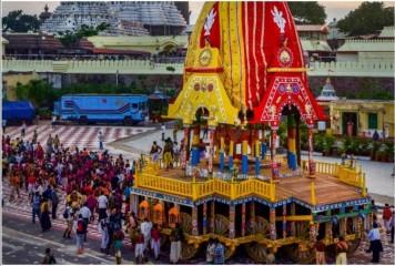कोविड महामारी के कारण पुरी  में भगवान जगन्नाथ की रथ यात्रा बिना भक्तों के निकल रही है.