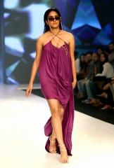 भारतीय मॉडल ने बॉम्बे टाइम्स फैशन वीक 2020 में डेरी मिल्क डेम के लिए रैंप वॉक किया
