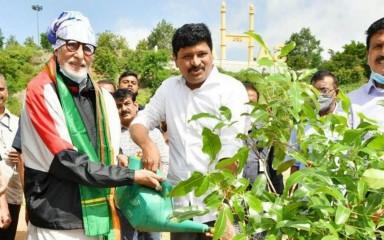 अमिताभ बच्चन ने 'ग्रीन इंडिया चैलेंज' के तहत रामोजी फिल्म सिटी में रोपा पौधा