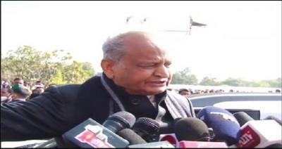 मुख्यमंत्री अशोक गहलोत ने केंद्रीय कृषि कानूनों के खिलाफ आंदोलन कर रहे किसानों से शांति बनाए रखने