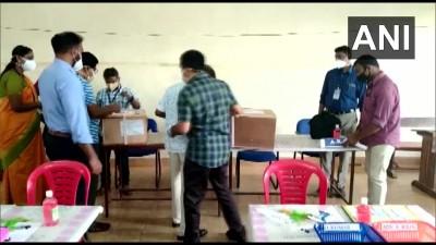 कर्नाटक में एक लोकसभा, दो विधानसभा सीटों पर हुए उपचुनाव के लिए मतगणना आरंभ