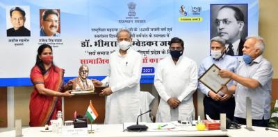मुख्यमंत्री अशोक गहलोत ने बुधवार को कहा कि लोगों को महापुरूषों के विचारों को अपनाना चाहिए