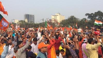 बंगाल में भाजपा सांसद की रैली में तृणमूल कांग्रेस और भाजपा के कार्यकर्ताओं के बीच झड़प