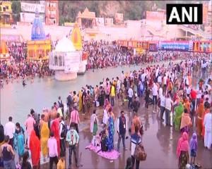 उत्तराखंड: श्रद्धालुओं ने हरिद्वार में हर की पौड़ी पर गंगा नदी में शाही स्नान किया।