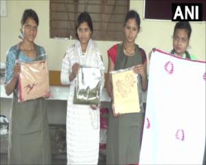 मध्य प्रदेश धार के मांडू इलाके में आदिवासी महिलाओं को ब्लॉक प्रिंटिंग की ट्रेनिंग