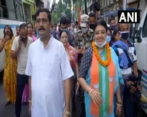 मुख्यमंत्री ममता बनर्जी के खिलाफ चुनाव लड़ रहीं बीजेपी उम्मीदवार प्रियंका टिबरीवाल ने घर-घर जाकर प्रचार शुरू