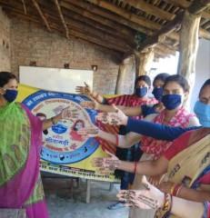 वोटिग अपील के लिए हाथों पर मेहंदी रचा रहीं महिलाएं