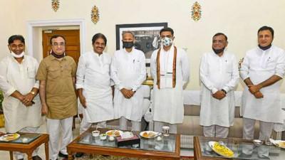 राजस्थान में कांग्रेस विधायकों और पदाधिकारियों की बैठक, माकन-वेणुगोपाल हुए शामिल