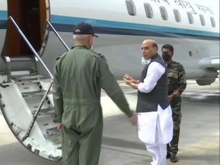 राजनाथ सिंह कारवार, कोच्चि नौसैन्य अड्डों के दौरे पर रवाना