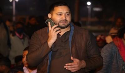 तेजस्वी ने धरना स्थल से पटना के जिलाधिकारी को लगाया फोन, वीडियो वायरल