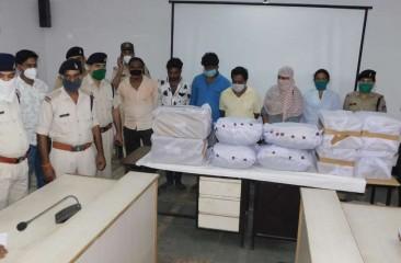 भारी मात्रा में नशीली दवाओं के भंडार के साथ ईरानी नौका गुजरात तट पर पकड़ी गई