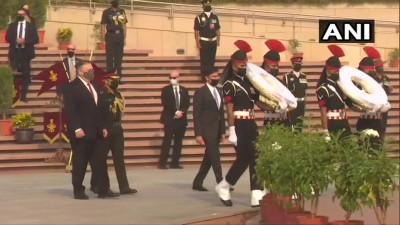 दिल्ली: अमेरिकी विदेश मंत्री माइक पोम्पिओ और रक्षा मंत्री मार्क एस्पर ने आज नेशनल वॉर मेमोरियल पर श्रद्धांजलि अर्पित की।