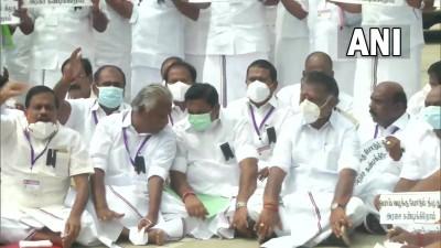 अन्नाद्रमुक के अन्य नेता राज्य सरकार के विरोध में चेन्नई में राज्य विधानसभा के बाहर धरने पर बैठे।