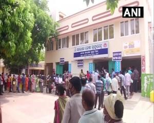 ओडिशाः भुवनेश्वर में वैक्सीन लगवाने के लिए बड़ी संख्या में लोग एक वैक्सीनेशन सेंटर